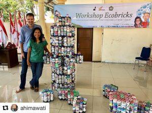 Pelatih-pelatih GEA Senior, Ani dan Russell berpose dengan satu set Ecobrick Modul Lego Dieleman di salah satu acara kota Cilacap, Jawa Tengah, Indonesia.